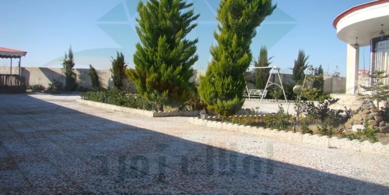 حیاط و درخت های ویلای سوپر لوکس کنار دریای زیبا کنار